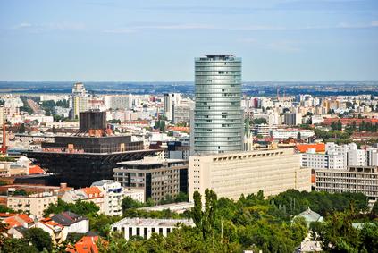 Byt na okraji Bratislavy či za jej hranicami – čo sa oplatí viac?