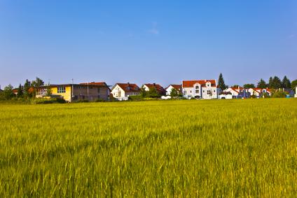 Klesajú aj ceny pozemkov v lukratívnych oblastiach
